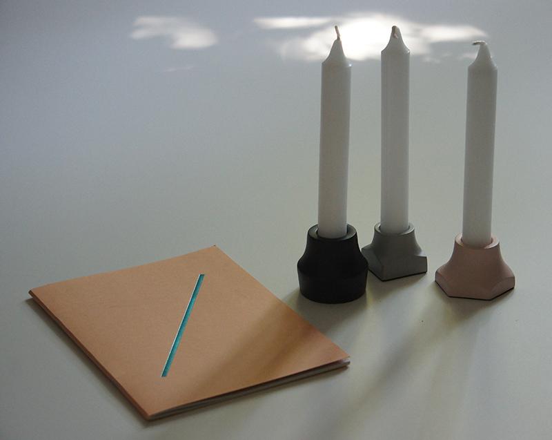 Kerzenständer und Notizbuch